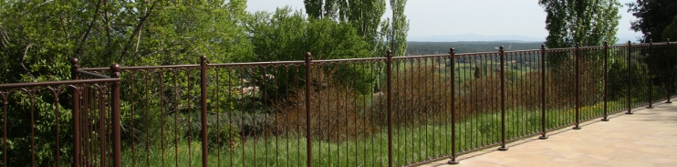 Barri re de piscine en fer forg avec peinture antirouille for Cloture piscine design