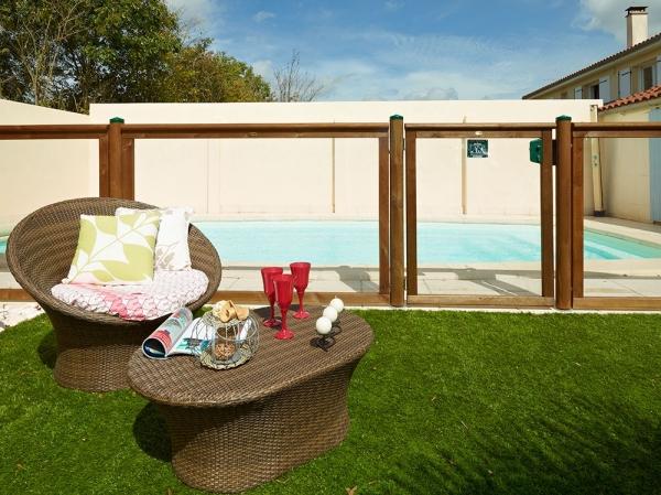 Barri re de piscine transparente en bois et pmma la s curit presque naturelle - Cloture piscine transparente caen ...