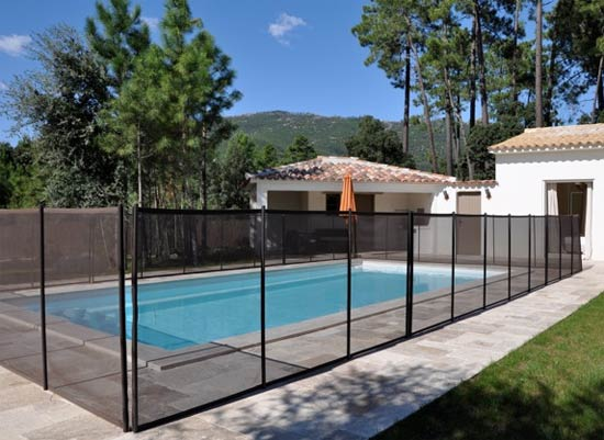 Barri re d montable en filet pvc beethoven prestige pour la protection piscine - Barriere de terrasse castorama ...