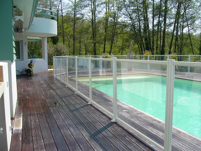 Barri re de piscine transparente en aluminium thermolaqu et pmma aqual - Cloture piscine transparente caen ...